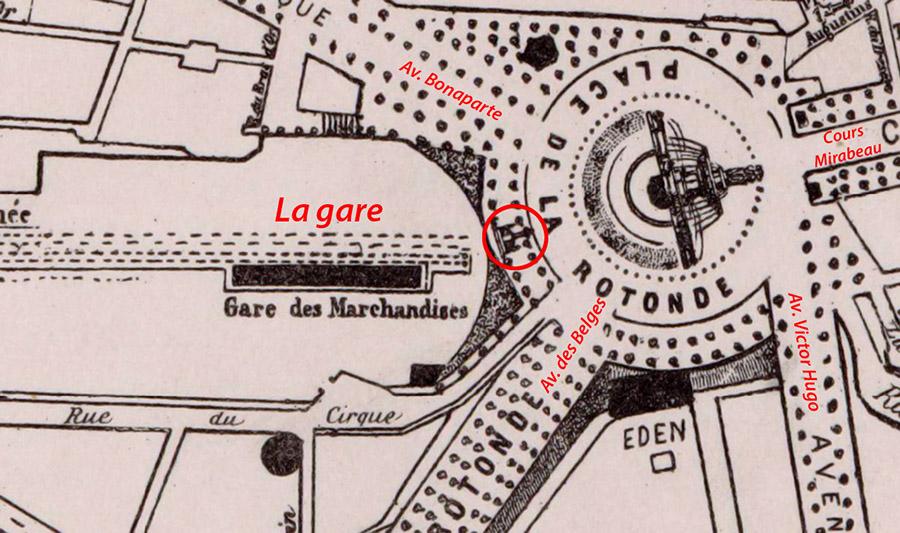 La croix est encore présente sur la place de la rotonde sur un plan de 1897 - Plan Makaire - Gallice / BNF (voir sources)