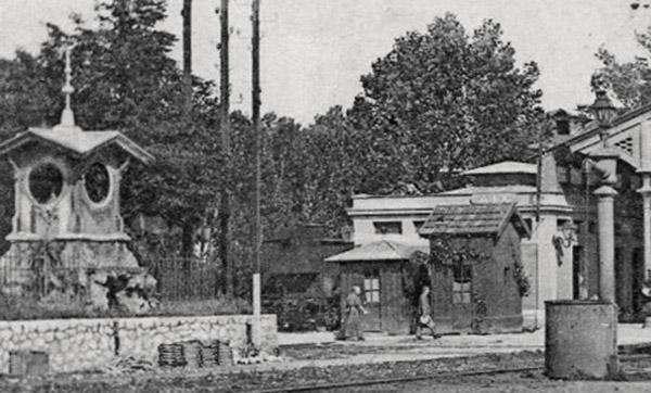 L'ancienne horloge replacée dans le jardin de la nouvelle gare