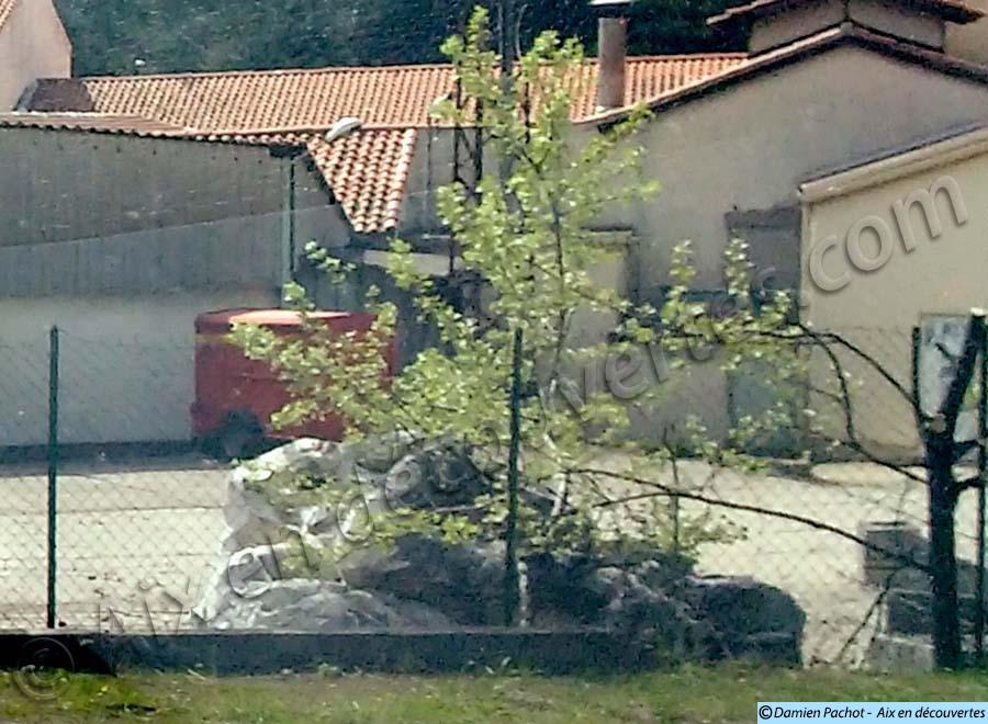 Des restes de l'ancien monument Mirabeau toujours visibles au printemps 2016