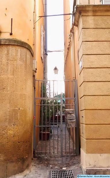 L'entrée de la rue La Baratanque du côté de la rue Méjanes