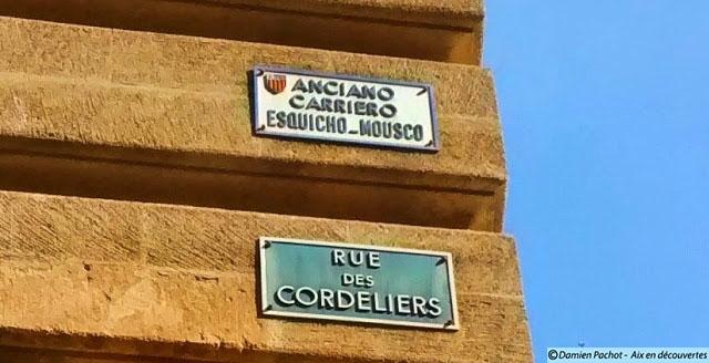 Le panneau en provençal indique l'ancien nom de la rue des Cordeliers qui était très étroite