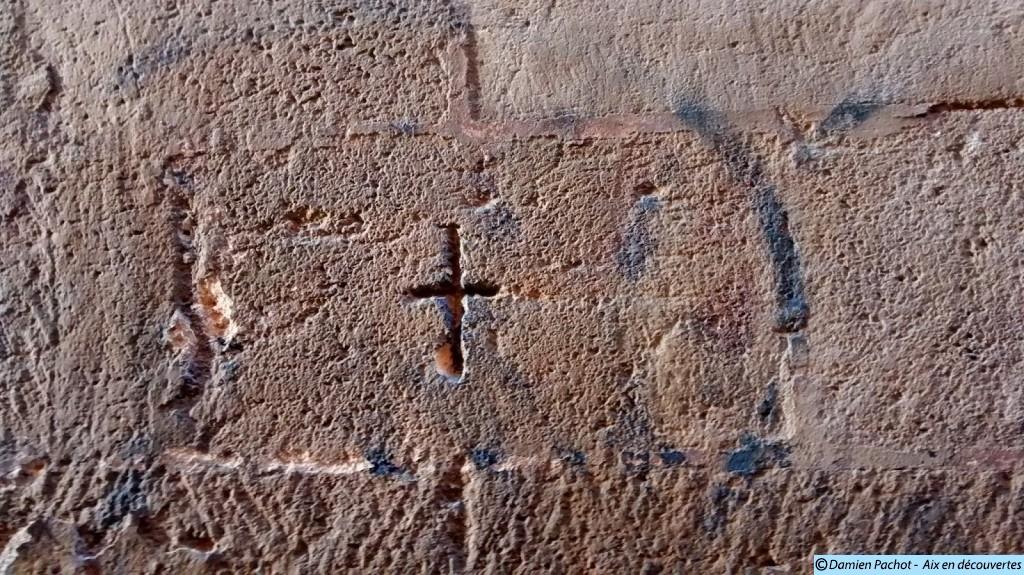 La croix gravée sur la droite de la façade