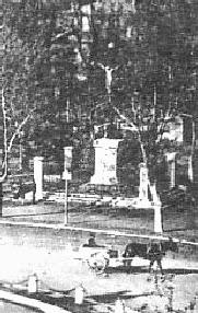 Le premier emplacement de la Croix de la mission de 1820 sur la place de la Rotonde.