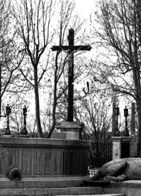 La croix de la mission sur son premier emplacement vue de plus près.