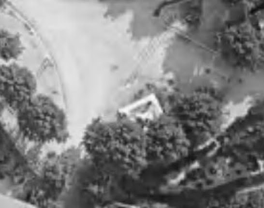Le second emplacement de la Croix de la mission, près du portail de Montperrin vers 1930. Photo : © IGN-GEOPORTAIL/1930