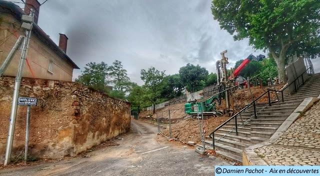 L'état du chantier le 14 juin 2015, l'escalier au fond n'est plus qu'un tas de gravats recouvert par le remblai.