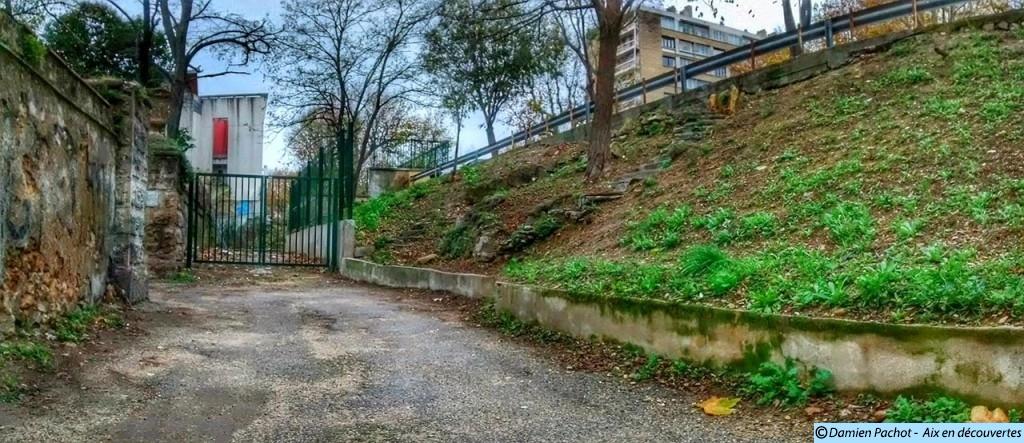 L'escalier (à droite) face au portail (à gauche)