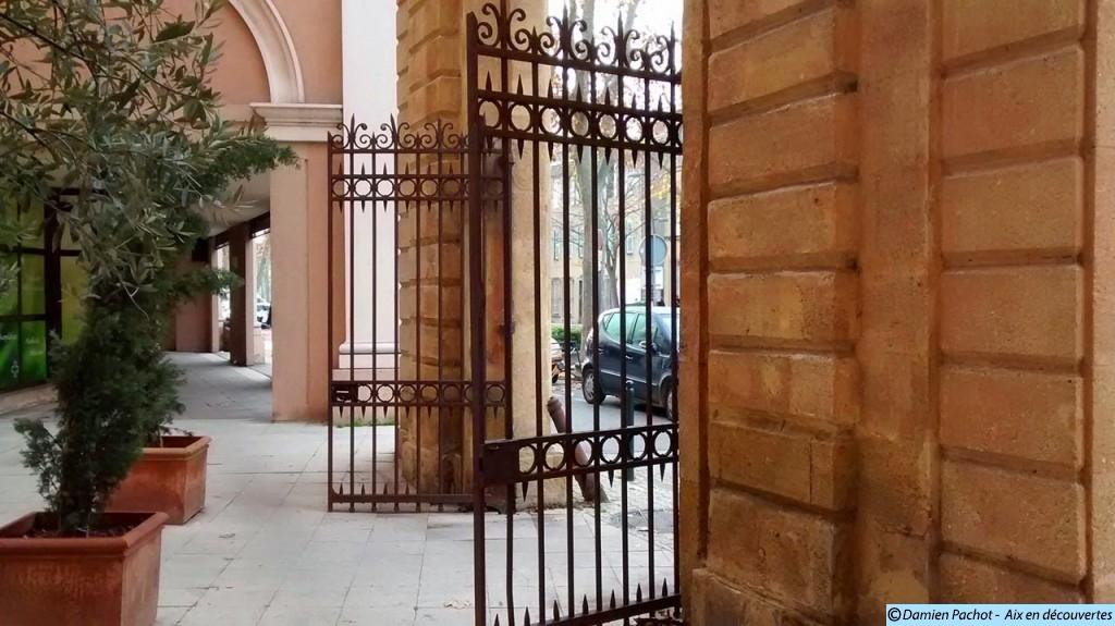 Les grilles du portail de l'ancienne Caserne Forbin