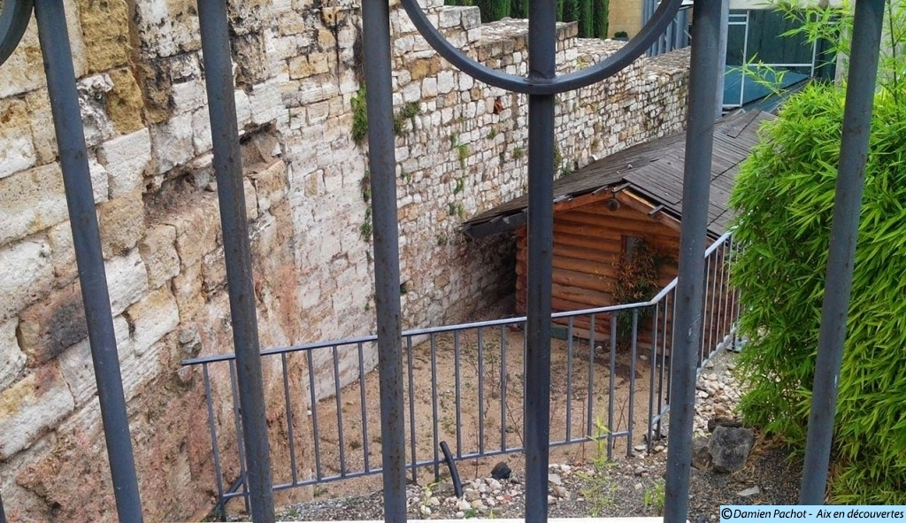 La base de la tour, en contrebas de l'avenue Jean Jaurès.
