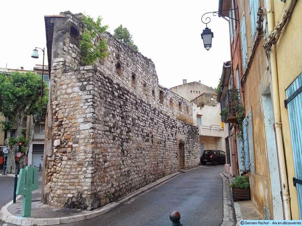 Des vestiges des remparts du XIVe siècle rue des Guerriers