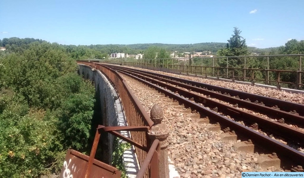 Le viaduc enjambant l'autoroute A8 fut construit afin d'enjamber la vallée de l'Arc. Photo: © Aix en découvertes