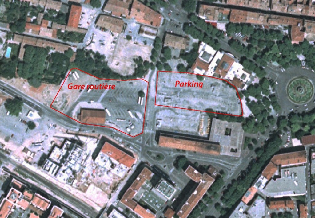 Le parking et la gare routière qui ont remplacés l'ancienne gare de marchandises. Photo: © IGN-GEOPORTAIL/1996