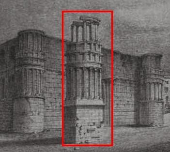 Trois colonnes issues du mausolée existent toujours