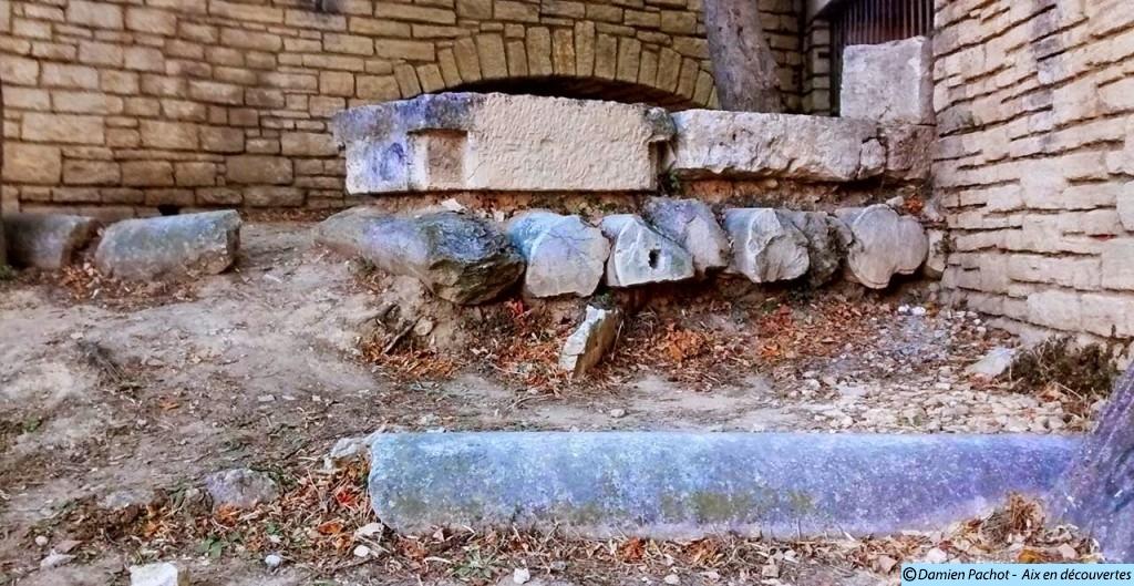 Des colonnes antiques enterrées, servant de support à des dalles