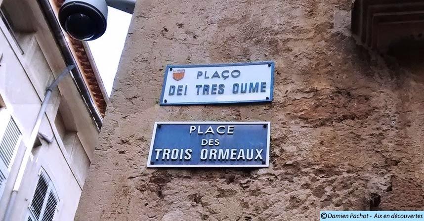 Les panneaux indiquant le nom de la place en français et en provençal