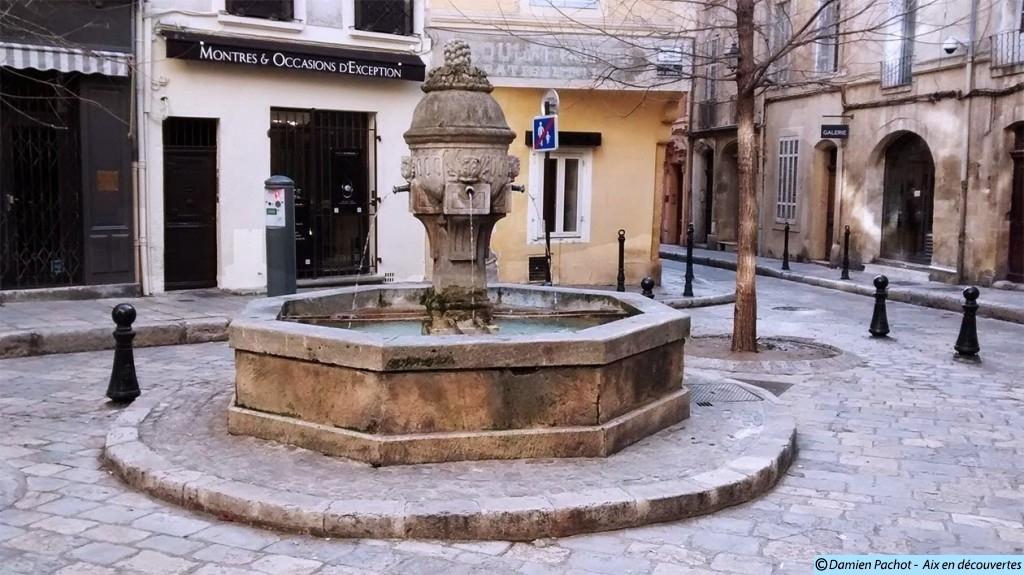 La fontaine de la place des trois ormeaux qui daterait du XVIIe siècle.