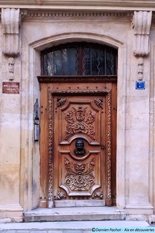 La porte de l'Hôtel de Saphallin datant de 1672 (XVIIe siècle)