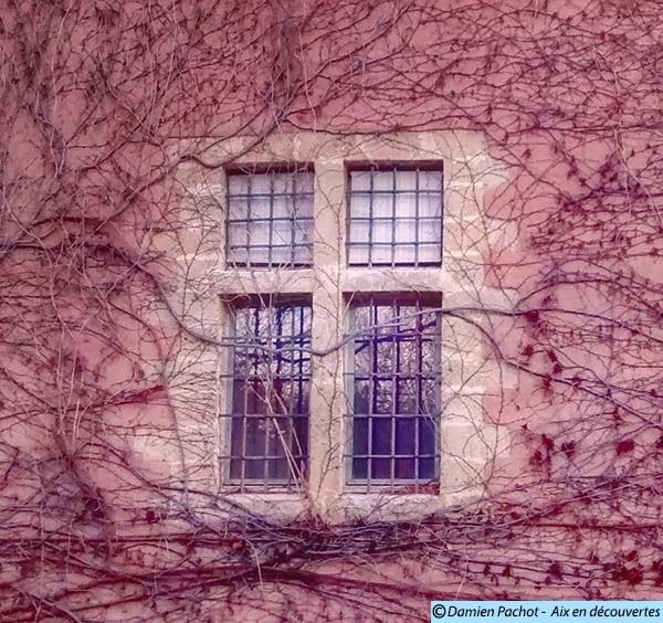 L'une des fenêtres de l'aile ouest