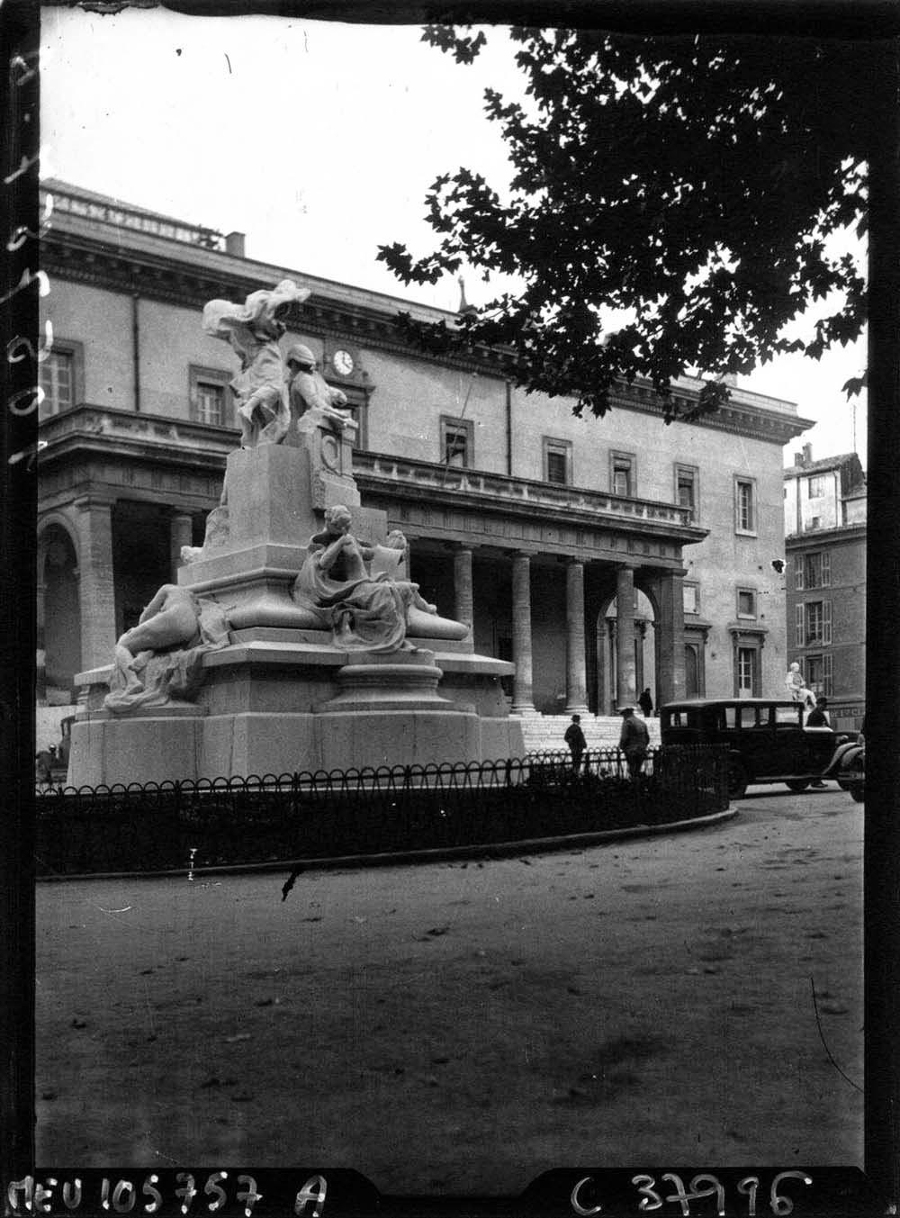 Le monument Mirabeau sur la place Verdun vers 1933 Source photo: Gallica (voir dans les sources)