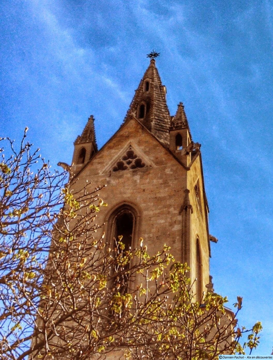 Le clocher de l'église et la croix à son sommet Photo: © Aix en découvertes