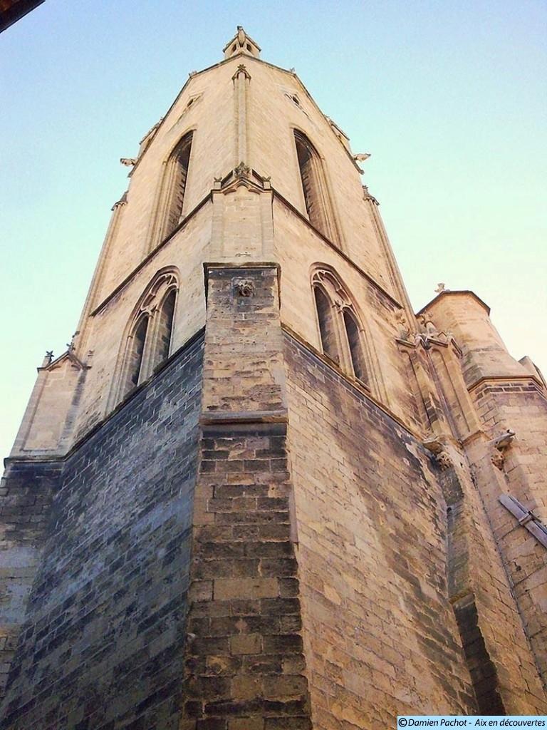 Le clocher de l'église Saint-Jean-de-Malte. Gare à la chute...