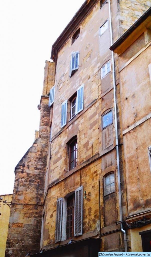 La dernière tour de défense de l'église transformée en habitation au XVIIe siècle