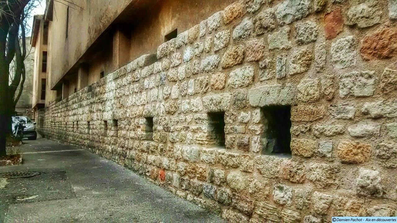 Ce mur longeant le parking Bellegarde suit le tracé des anciens remparts du XVe siècle