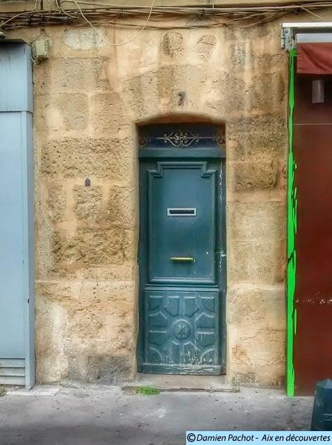 L'encadrement de la porte au N°7 est le dernier de la rue avec une apparence très ancienne