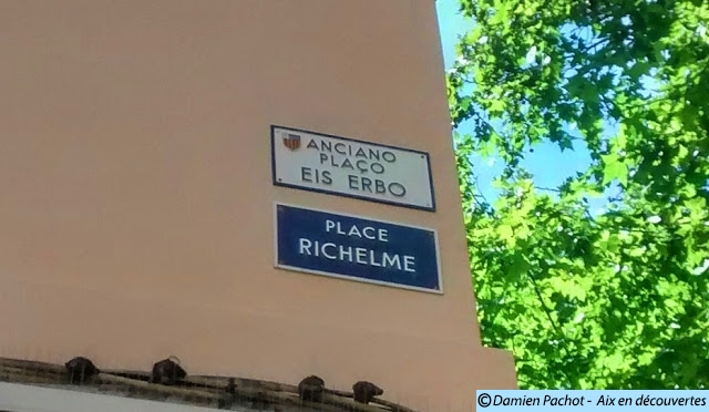 Les panneaux en français et provençal à l'entrée de la place.