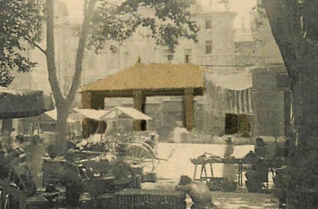 Photographie de l'ancienne halle aux poisson - Détail d'une carte postale ancienne