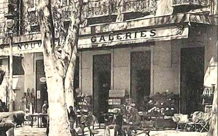 """Les ouvertures de la façade étaient plus étroites que celles que nous voyons aujourd'hui. Le lieu était occupé par les """"Nouvelles Galeries"""" - Détail d'une carte postale ancienne"""