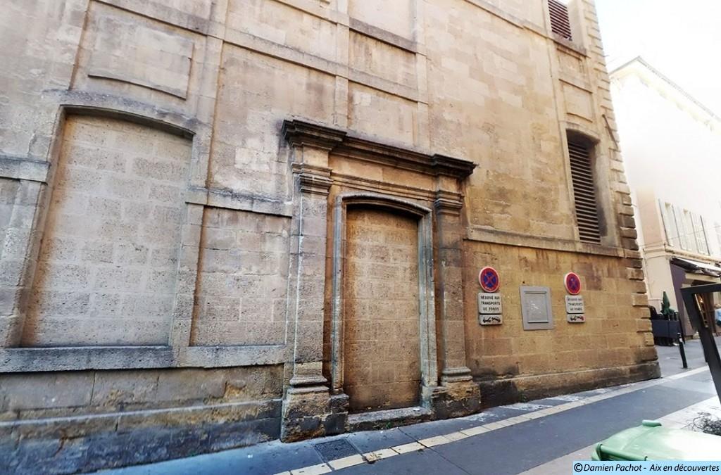 Une ancienne entrée latérale et une fenêtre condamnée sont visible depuis la rue Nazareth. La fenêtre à droite nous donne une idée des proportions qu'avaient les ouvertures de la façade principale avant leur élargissement. - Photo: © Aix en découvertes