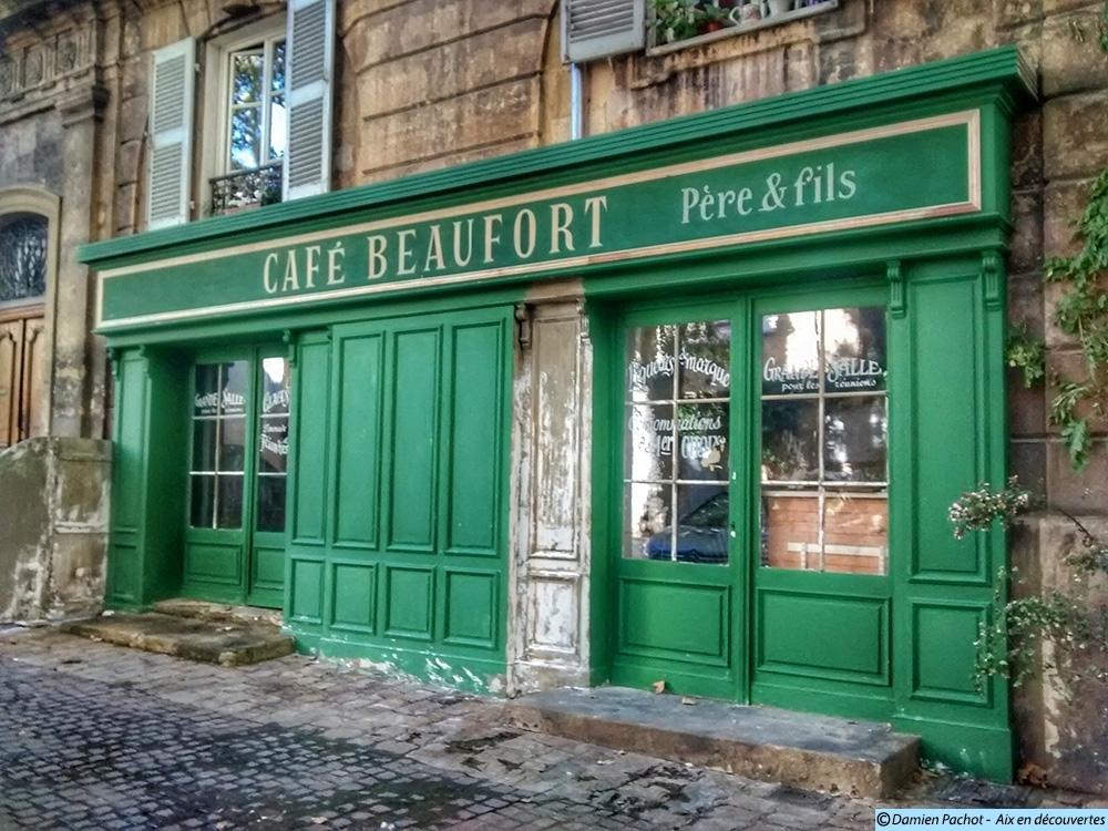 Le café Beaufort (père et fils) sue la place - Photo: © Aix en découvertes