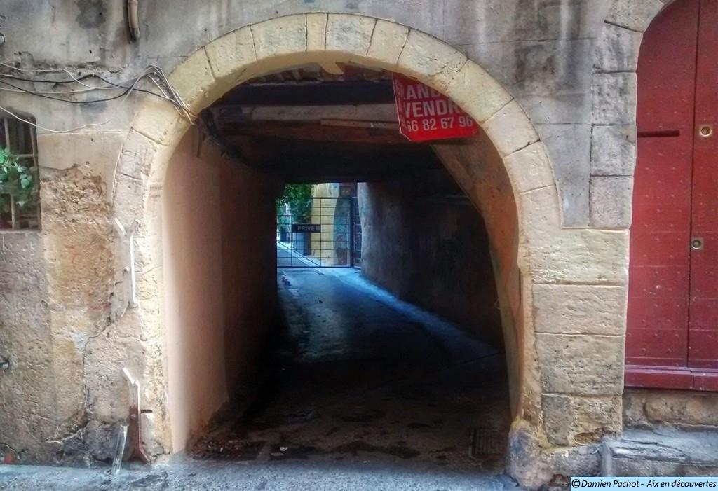 L'entrée de l'impasse Paradis (aujourd'hui fermée par une grille au fond)