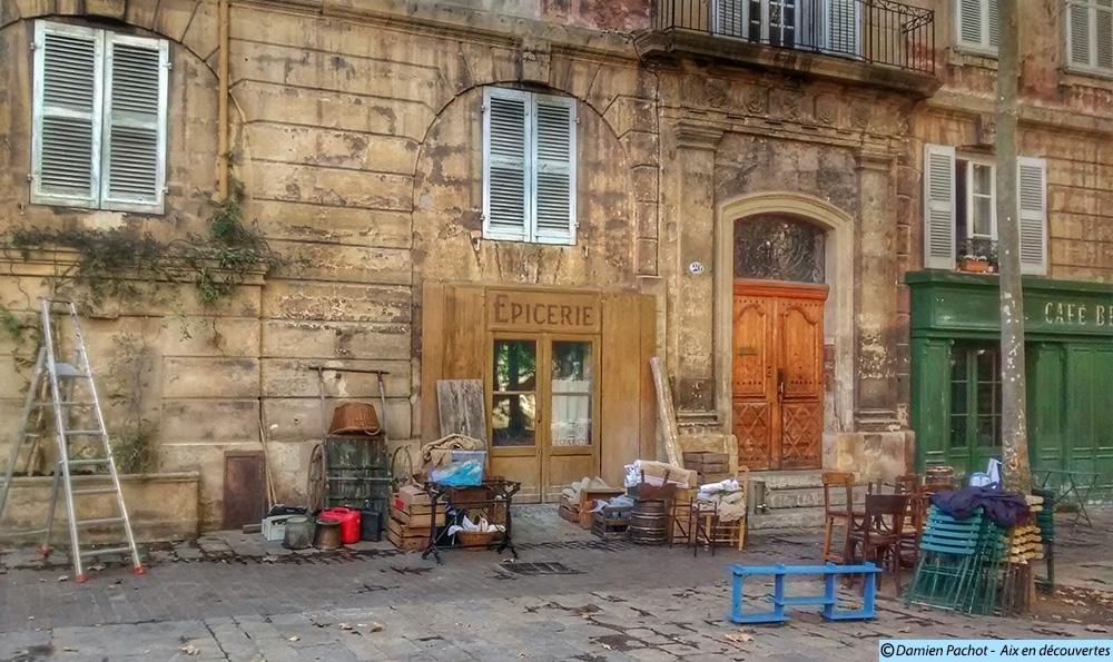 Les décors de la fontaine, de l'épicerie et du Café Beaufort Le décor d'une épicerie sur la place de l'Archevêché - Photo: © Aix en découvertes