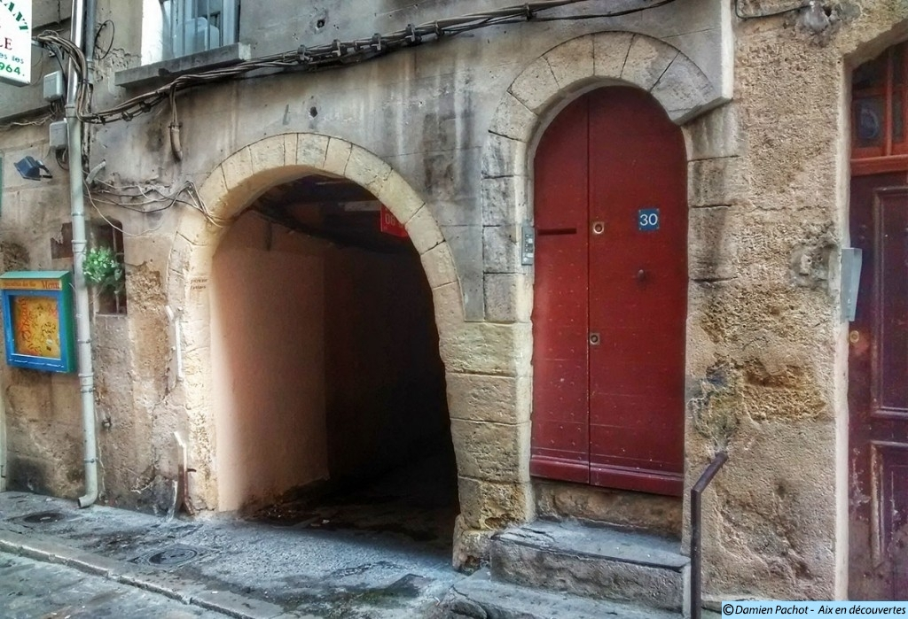 La façade des constructions entourant l'entrée de l'impasse Paradis