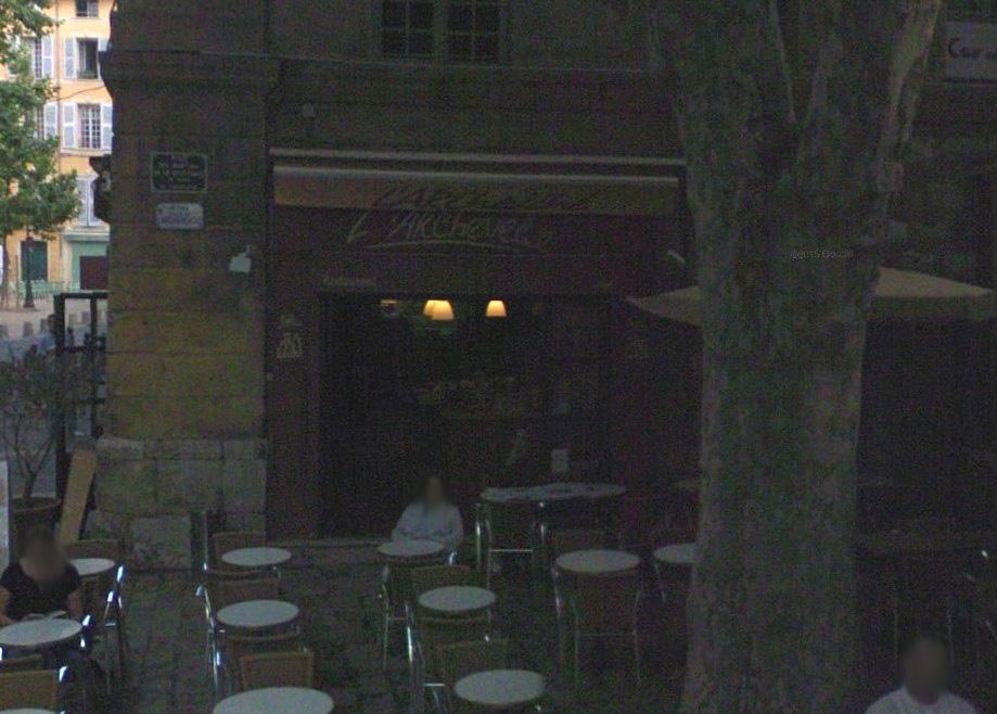 La façade du café sans la terrasse (photo sombre) - Photo: Google Maps