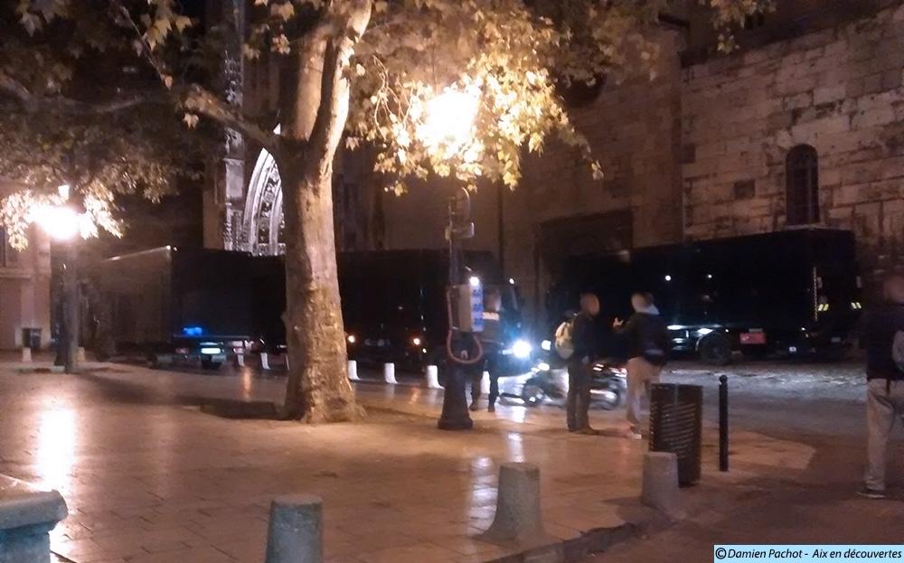 Les camions de l'équipe de production s'installaient dès 00h30 le 25 septembre pour le dernier jour de tournage à Aix - Photo: © Aix en découvertes