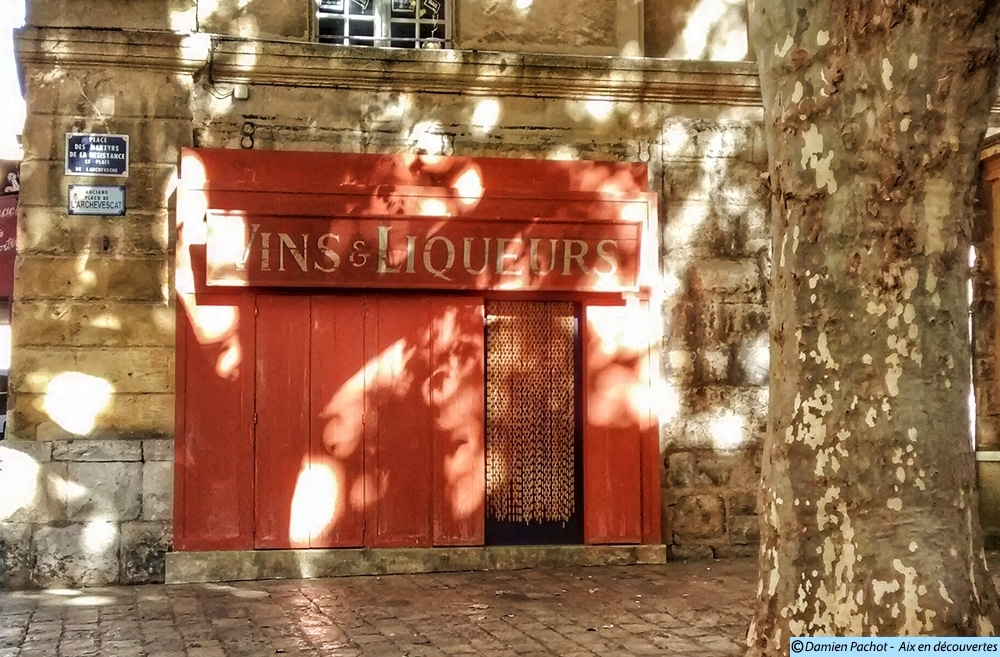 """La façade du café de l'Archevêché """"déguisée"""" - Photo: © Aix en découvertes"""