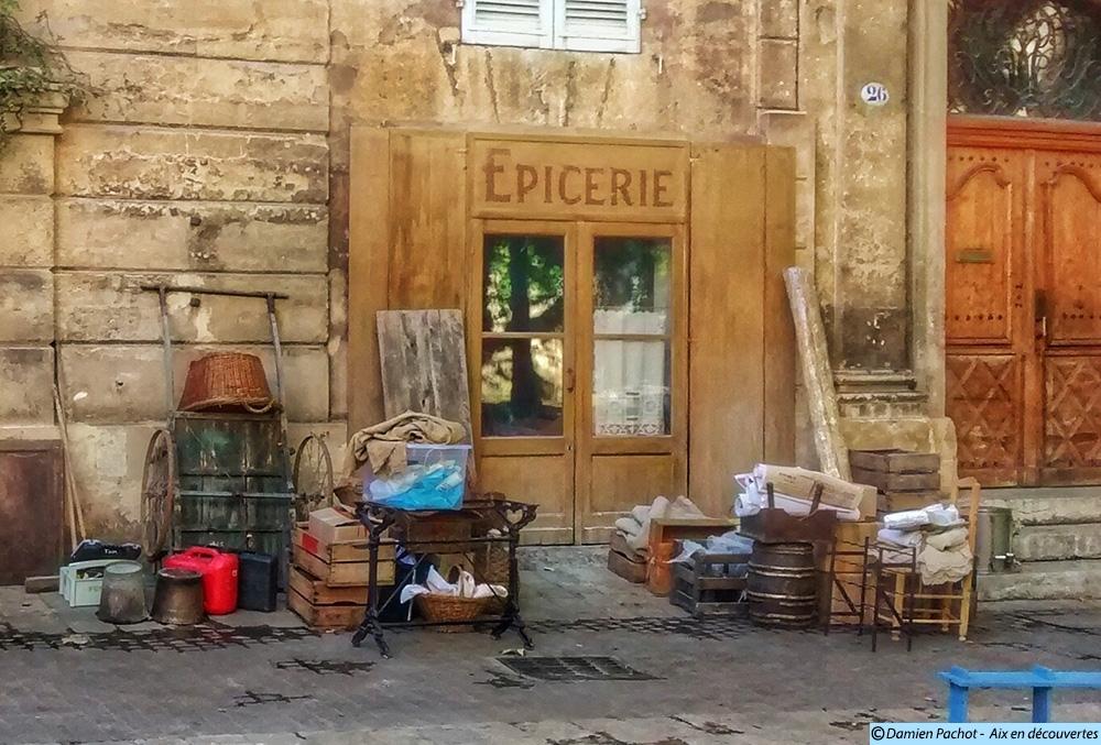 Le décor d'une épicerie sur la place de l'Archevêché - Photo: © Aix en découvertes