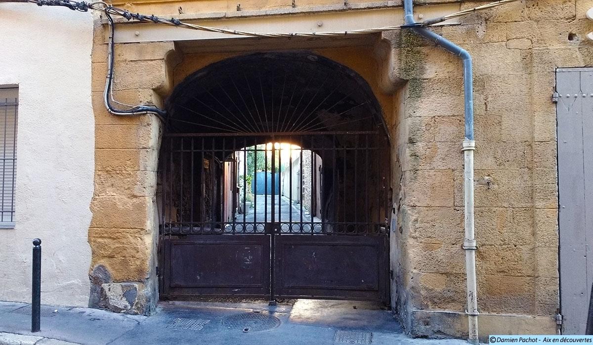 L'entrée de l'ancienne impasse de la Roumette dans la rue Lieutaud