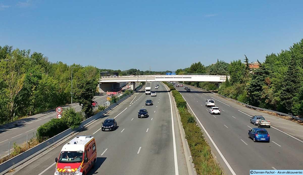 La passerelle enjambant l'autoroute A8 (vue depuis celle du Coton Rouge