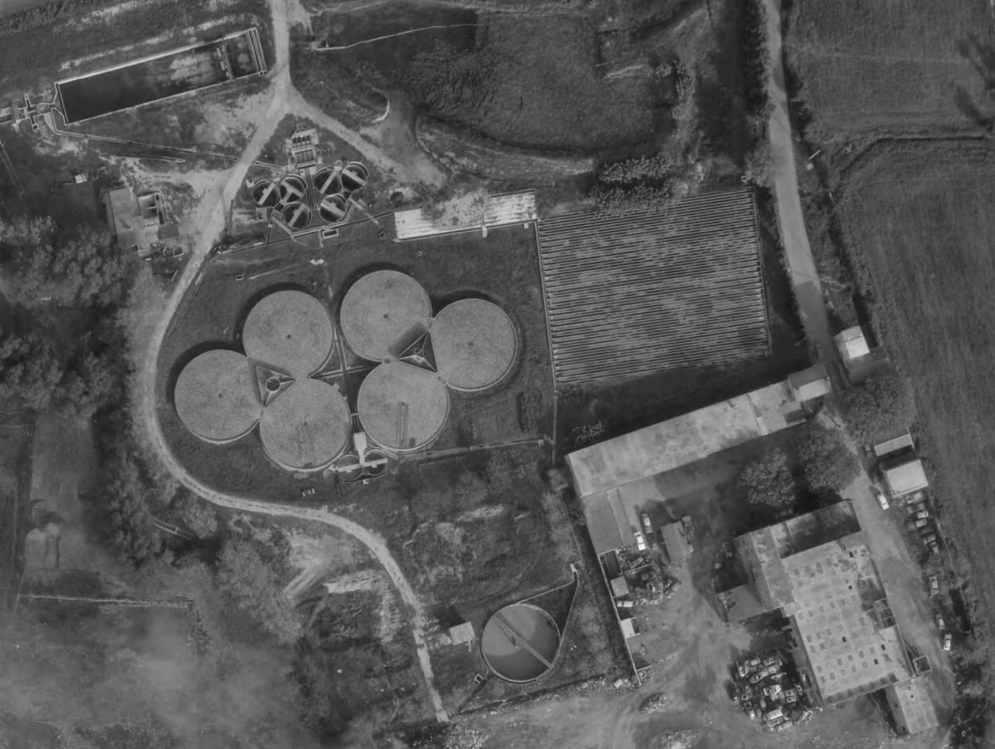 Vue rapprochée des bassin de l'usine d'épuration en 1968