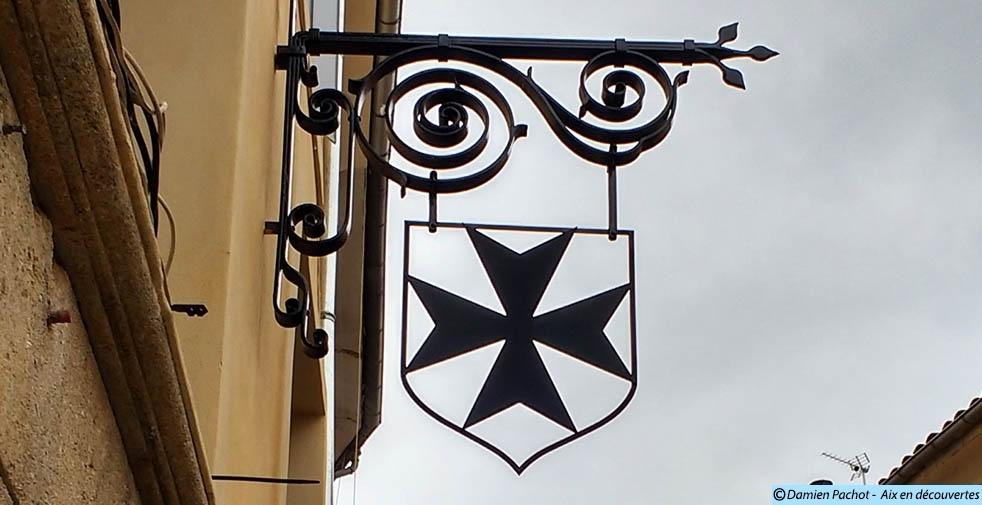 La ferronnerie indiquant l'hôtel de la Croix-de-Malte au n°2 de la rue Van-Loo