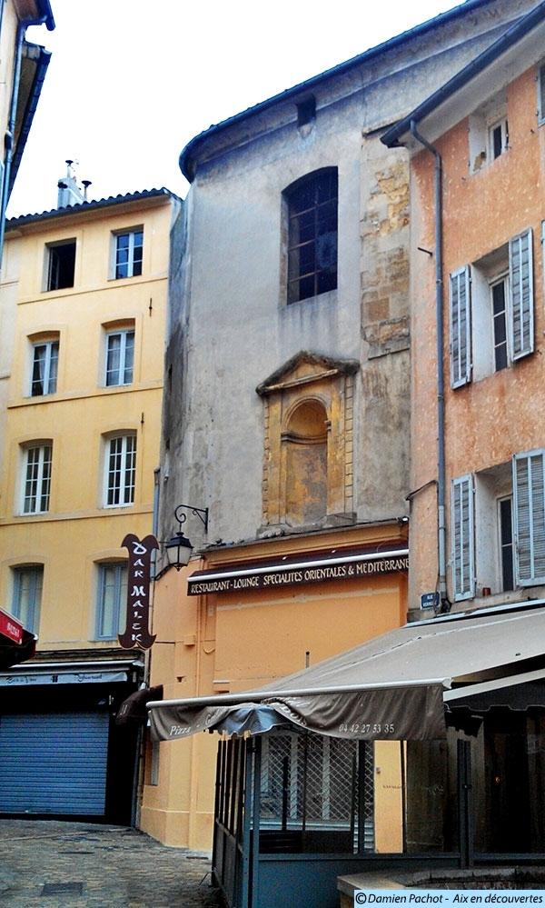 La façade de l'ancienne église de l'Annonciade dans la rue de la Verrerie