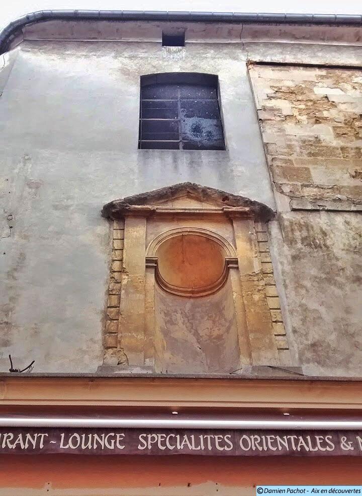 La niche de la façade est toujours en place