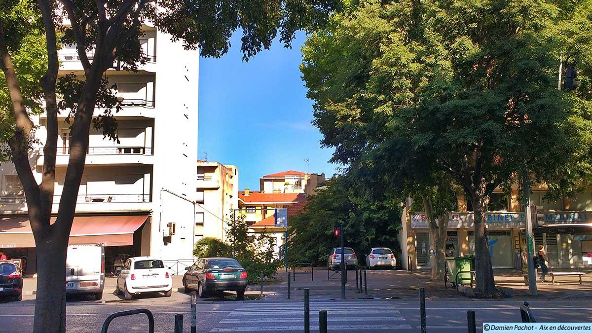 Entre deux immeubles, une petite maison