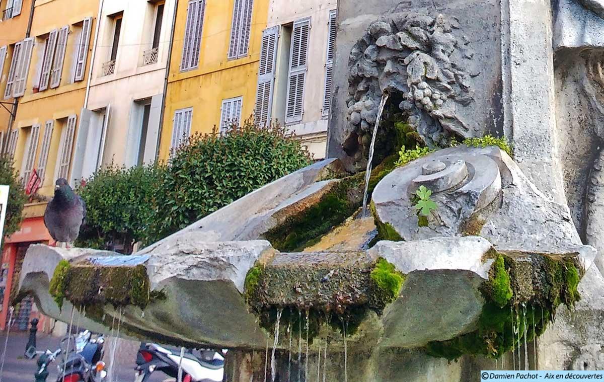 L'eau s'écoulant de la fontaine Pascal