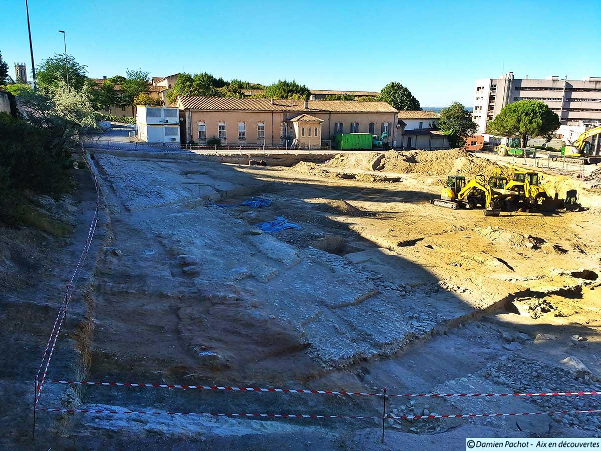 Le site des fouilles vu depuis le chemin de la Pâquerette (cliché pris le 7 août 2016)