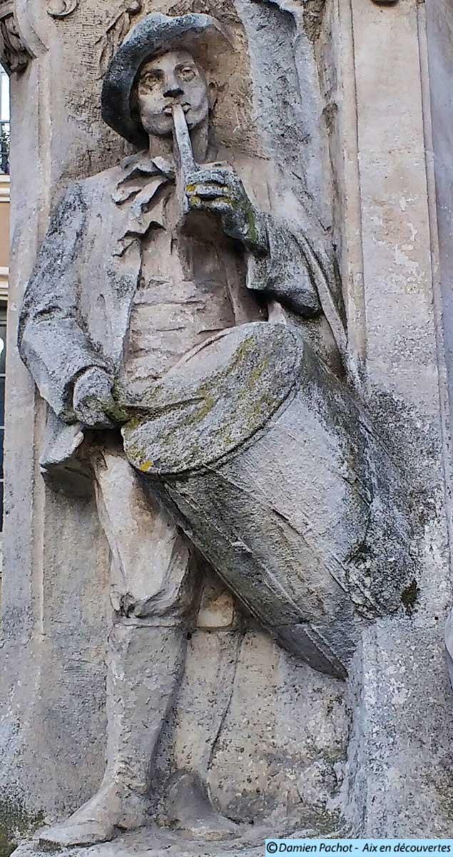 Tambourinaire scultpé sur la fontaine Pascal